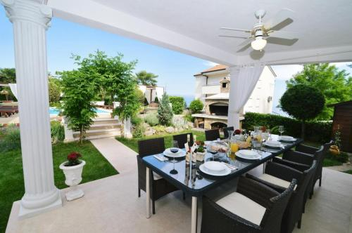 pool-terrace-dining-apartment